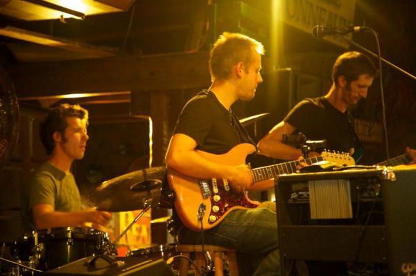 Jos à la batterie, Yann à la gratte, Matt à la basse au 3B